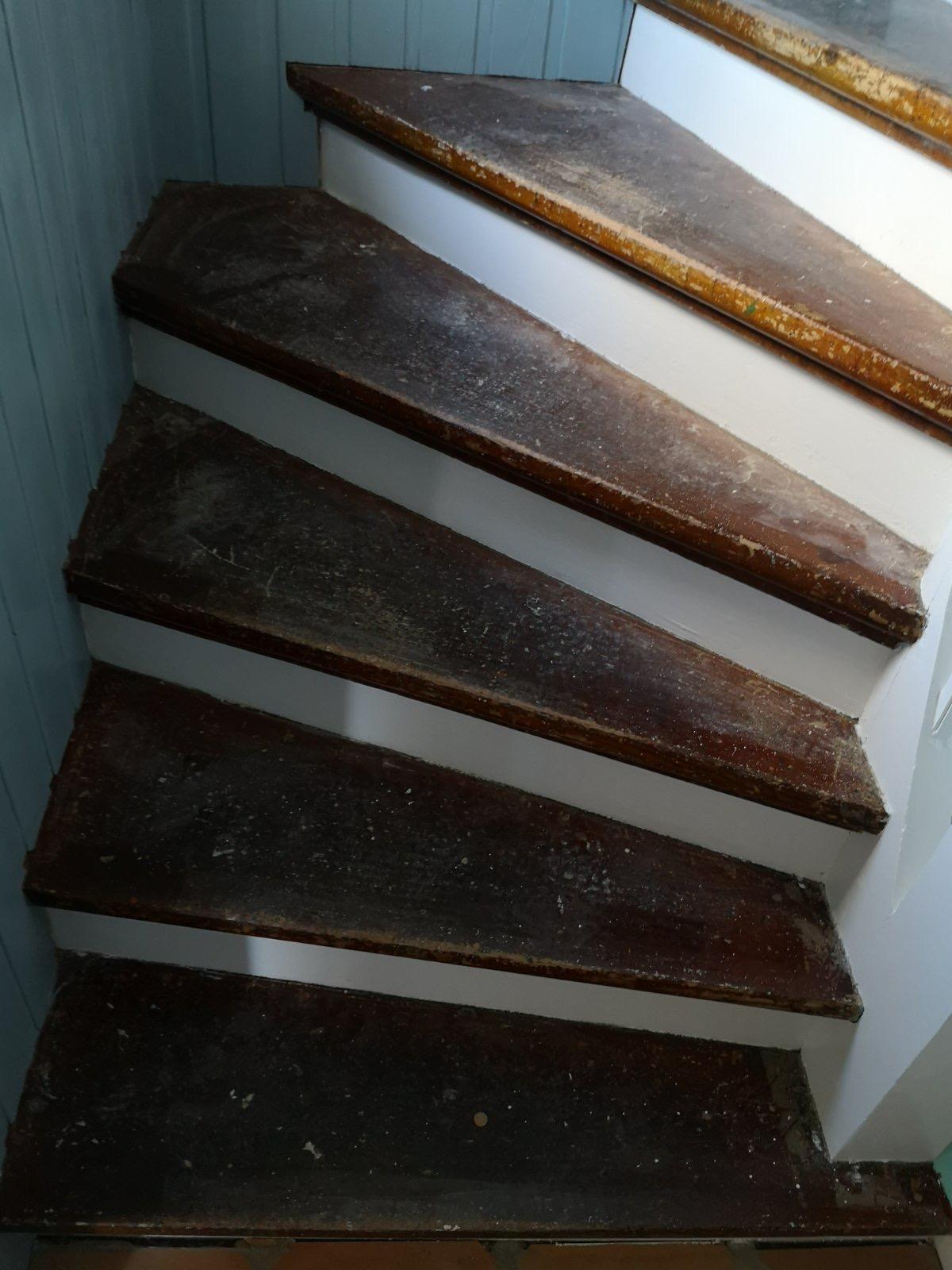 trappe trin med fernis før slibning